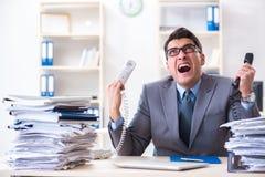 Ο απελπισμένος λυπημένος υπάλληλος κούρασε στο γραφείο του στο τηλεφωνικό κέντρο στοκ φωτογραφία