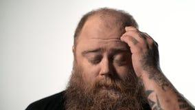 Ο απελπισμένος παχύς τύπος αισθάνεται τον πόνο στο κεφάλι απόθεμα βίντεο