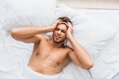 Ο απελπισμένος τύπος είχε το φοβερό πόνο στο κεφάλι Στοκ Φωτογραφίες