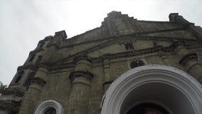 Ο αποικιακός δέκατος όγδοος αιώνας ισπανικά έχτισε την κυρία στυλοβάτη μας Alaminos, Laguna, Φιλιππίνες που παρουσιάζουν πρόσοψή  απόθεμα βίντεο