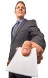 Ο απομονωμένος νέος ελκυστικός επιτυχής χαμογελώντας επιχειρηματίας παραδίδει μια επαγγελματική κάρτα Γωνία που πυροβολείται χαμη στοκ φωτογραφίες
