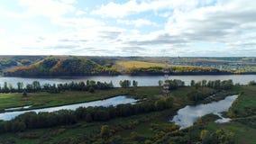 Ο απόμακρος ηλεκτρικός πύργος υποστηρίζει το ηλεκτροφόρο καλώδιο ενάντια στον ποταμό απόθεμα βίντεο