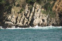 Ο απότομος βράχος ακτών του San Sebastian λικνίζει κοντά επάνω Στοκ εικόνα με δικαίωμα ελεύθερης χρήσης