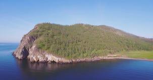 Ο απότομος βράχος κοντά στη λίμνη απόθεμα βίντεο