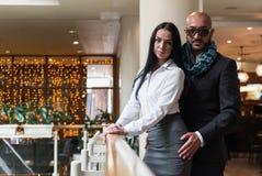 Ο αραβικός άνδρας αγκαλιάζει μια όμορφη γυναίκα στο εστιατόριο Στοκ Εικόνες