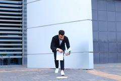 Ο αραβικός αρσενικός επιχειρηματίας ατόμων συλλέγει τα έγγραφα και τα έγγραφα κοντά στο ο Στοκ Εικόνες