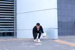 Ο αραβικός αρσενικός επιχειρηματίας ατόμων συλλέγει τα έγγραφα και τα έγγραφα κοντά στο ο Στοκ Φωτογραφία