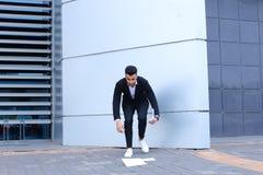 Ο αραβικός αρσενικός επιχειρηματίας ατόμων συλλέγει τα έγγραφα και τα έγγραφα κοντά στο ο Στοκ Εικόνα