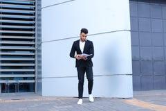 Ο αραβικός αρσενικός επιχειρηματίας ατόμων συλλέγει τα έγγραφα και τα έγγραφα κοντά στο ο Στοκ εικόνα με δικαίωμα ελεύθερης χρήσης
