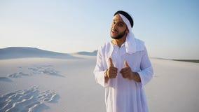 Ο αραβικός διαφημιστικός πράκτορας τύπων που εξετάζει τη κάμερα λέει τις πληροφορίες α στοκ εικόνες με δικαίωμα ελεύθερης χρήσης