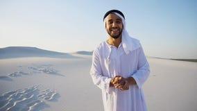 Ο αραβικός διαφημιστικός πράκτορας τύπων που εξετάζει τη κάμερα λέει τις πληροφορίες α στοκ εικόνες