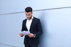 Ο αραβικός επιτυχής επιχειρηματίας κρατά τα έγγραφα, χαμογελώντας το λίγο s Στοκ εικόνες με δικαίωμα ελεύθερης χρήσης