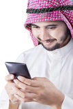 Ο αραβικός επιχειρηματίας διαβάζει το μήνυμα στο κινητό τηλέφωνο Στοκ Φωτογραφίες
