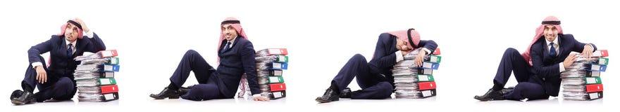 Ο αραβικός επιχειρηματίας με πολλούς φακέλλους στο λευκό Στοκ Φωτογραφία