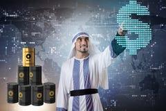 Ο αραβικός επιχειρηματίας στην επιχειρησιακή έννοια τιμών του πετρελαίου Στοκ φωτογραφία με δικαίωμα ελεύθερης χρήσης