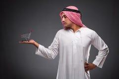 Ο αραβικός επιχειρηματίας στο γκρίζο υπόβαθρο Στοκ Φωτογραφία