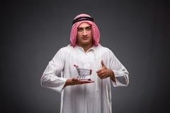 Ο αραβικός επιχειρηματίας στο γκρίζο υπόβαθρο Στοκ φωτογραφίες με δικαίωμα ελεύθερης χρήσης