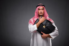 Ο αραβικός επιχειρηματίας στο γκρίζο υπόβαθρο Στοκ εικόνες με δικαίωμα ελεύθερης χρήσης