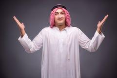Ο αραβικός επιχειρηματίας στο γκρίζο υπόβαθρο Στοκ Φωτογραφίες