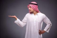 Ο αραβικός επιχειρηματίας στο γκρίζο υπόβαθρο Στοκ Εικόνες