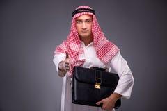 Ο αραβικός επιχειρηματίας στο γκρίζο υπόβαθρο Στοκ Εικόνα