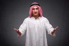 Ο αραβικός επιχειρηματίας στο γκρίζο υπόβαθρο Στοκ φωτογραφία με δικαίωμα ελεύθερης χρήσης