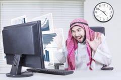 Ο αραβικός επιχειρηματίας φαίνεται συγκλονισμένος από την επιτυχία του Στοκ φωτογραφία με δικαίωμα ελεύθερης χρήσης