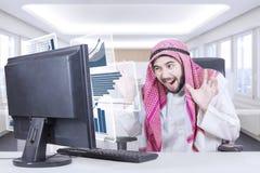Ο αραβικός επιχειρηματίας φαίνεται συγκλονισμένος με την επιχείρηση γραφικών παραστάσεων Στοκ Εικόνες