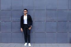 Ο αραβικός τύπος στο εμπορικό κέντρο στέκεται χαμογελώντας το περπάτημα αργό Στοκ Εικόνες