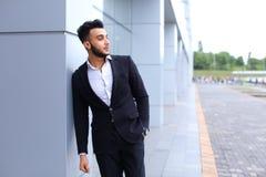 Ο αραβικός τύπος στο εμπορικό κέντρο στέκεται χαμογελώντας το περπάτημα αργό Στοκ Φωτογραφία