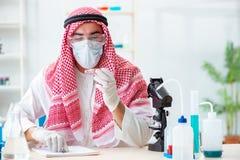 Ο αραβικός φαρμακοποιός γιατρών που μελετά το νέο ιό στο εργαστήριο Στοκ Φωτογραφία