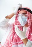 Ο αραβικός φαρμακοποιός γιατρών που μελετά το νέο ιό στο εργαστήριο Στοκ φωτογραφία με δικαίωμα ελεύθερης χρήσης