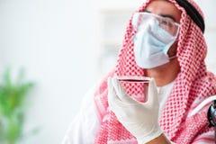 Ο αραβικός φαρμακοποιός γιατρών που μελετά το νέο ιό στο εργαστήριο Στοκ Εικόνες