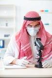 Ο αραβικός φαρμακοποιός γιατρών που μελετά το νέο ιό στο εργαστήριο Στοκ Εικόνα