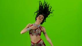 Ο αραβικός χορευτής εκτελεί το χορό κοιλιών στη σκηνή πράσινη οθόνη κίνηση αργή φιλμ μικρού μήκους