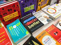 Ο αργότερα αγγλικά διάσημα μυθιστορήματα για την πώληση στο κατάστημα βιβλίων βιβλιοθήκης στοκ φωτογραφία