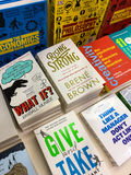 Ο αργότερα αγγλικά διάσημα μυθιστορήματα για την πώληση στο κατάστημα βιβλίων βιβλιοθήκης στοκ φωτογραφίες