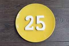 Ο αριθμός είκοσι πέντε στο κίτρινο πιάτο Στοκ φωτογραφία με δικαίωμα ελεύθερης χρήσης