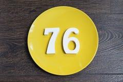 Ο αριθμός εβδομήντα έξι στο κίτρινο πιάτο Στοκ Φωτογραφίες