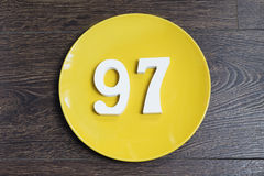 Ο αριθμός ενενήντα επτά στο κίτρινο πιάτο Στοκ εικόνες με δικαίωμα ελεύθερης χρήσης