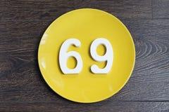 Ο αριθμός εξήντα εννέα στο κίτρινο πιάτο Στοκ εικόνα με δικαίωμα ελεύθερης χρήσης