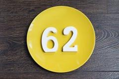 Ο αριθμός εξήντα δύο στο κίτρινο πιάτο Στοκ Εικόνες