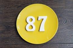 Ο αριθμός ογδόντα επτά στο κίτρινο πιάτο Στοκ εικόνες με δικαίωμα ελεύθερης χρήσης