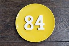 Ο αριθμός ογδόντα τέσσερα στο κίτρινο πιάτο Στοκ εικόνες με δικαίωμα ελεύθερης χρήσης