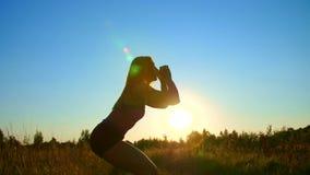 Ο αριθμός, περίληψη ενός όμορφου, αθλητικού κοριτσιού με τα μακριά ξανθά μαλλιά, κάνει τις ασκήσεις, εγκιβωτισμός, πετώντας πόδια φιλμ μικρού μήκους
