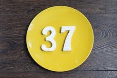 Ο αριθμός τριάντα επτά στο κίτρινο πιάτο Στοκ Εικόνα