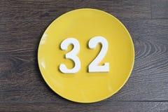 Ο αριθμός τριάντα δύο στο κίτρινο πιάτο Στοκ Φωτογραφίες