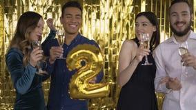 Ο αριθμός 2 φύλλου αλουμινίου 4 ευτυχείς εύθυμοι άνθρωποι σε ένα κόμμα με τα μπαλόνια στα χέρια τους Μια ομάδα γελώντας ανθρώπων απόθεμα βίντεο