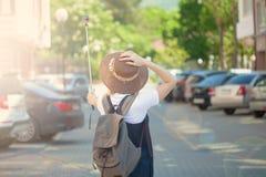 Ο αρκετά νέος τουρίστας γυναικών παίρνει selfie το κορίτσι πορτρέτου παίρνει τη φωτογραφία για το ταξίδι blog Άποψη από την πλάτη Στοκ φωτογραφία με δικαίωμα ελεύθερης χρήσης