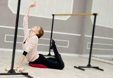 Ο αρκετά νέος χαριτωμένος χορευτής μπαλέτου θερμαίνει Στοκ φωτογραφία με δικαίωμα ελεύθερης χρήσης